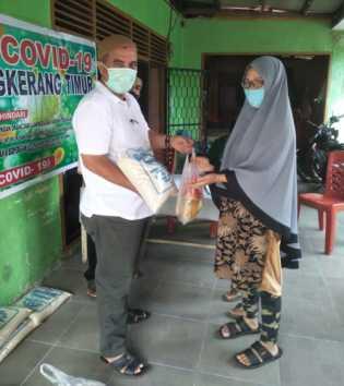 Bantuan Pemko Tak Kunjung Turun, RW 1 Tantim Tenayan Raya Bagikan Sembako Hasil Swadaya Masyarakat.