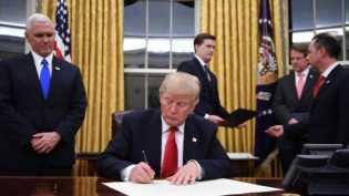 Trump Tandatangani Keputusan Larangan 7 Negara Muslim Datang ke AS