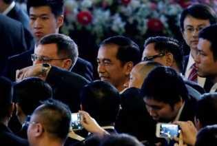 900 Orang di Inggris Berbaris Antre Demi Foto Bareng Sama Jokowi