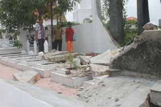 Cukup Lama Miring, Tembok Makam Pahlawan Rohil Itu Roboh Akhirnya