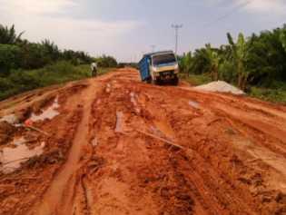 Jalan di Penghuluan Darussalam Rohil Rusak Parah